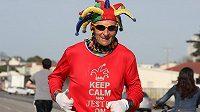"""Ed """"The Jester"""" Ettinghausen. Šaškovský kostým ho odlišuje výrazně od jiných běžců."""