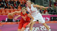 V klíčovém utkání zkouší Kateřina Elhotová (vlevo) uniknout Chorvatce Jelavičové