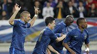 Karim Benzema (vlevo) se raduje se svými spoluhráči z francouzské reprezentace z gólu.