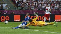 Vyrovnáno! Dimitris Salpingidis překonává ve druhé půli polského gólmana Wojciecha Szczesnyho