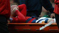 Zraněný Wayne Rooney opouští hřiště na nosítkách