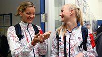 Basketbalistky Eva Vítečková (vlevo) a Michaela Zrůstová při odletu na olympiádu v Londýně.