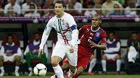 Cristiano Ronaldo ve čtvrtfinále Eura s českým týmem, brání jej Theodor Gebre Selassie