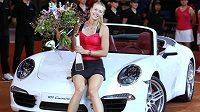 Maria Šarapovová po vítězství ve Stuttgartu s prémií ve formě Porsche Carrra.