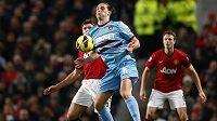 Anglický útočník Andy Carroll (v modrém dresu) z West Hamu si v duelu proti Manchesteru United poranil koleno.
