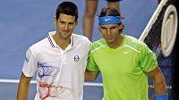 Novak Djokovič (vlevo) s Rafaelem Nadalem před finálovým zápasem Australian Open.