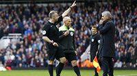 Rozhodčí Jonathan Moss vykazuje trenéra Chelsea Josého Mourinha na tribunu.