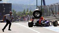 Špatně připevněná pneumatika z vozu Marka Webbera v boxové uličce zranila kameramana.