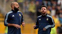 Argentinci Javier Mascherano (vlevo) a Lionel Messi.