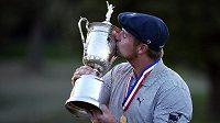 Vítěz golfového US Open Bryson DeChambeau líbá trofej.