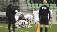 Hráči Karviné se radují z gólu proti Plzni.
