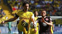 Mats Hummels v dresu Dortmundu a frankfurtský Luc Castaignos.