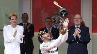 Brit Lewis Hamilton s trofejí pro vítěze Velké ceny Monaka.