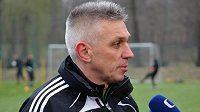 Nový trenér fotbalistů Karviné Norbert Hrnčár hovoří s reportéry na svém prvním tréninku s týmem.