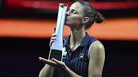 Karolína Plíšková pózuje s trofejí pro vítězku turnaje ve Stuttgartu.