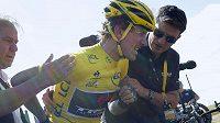 Potlučený Švýcar Fabian Cancellara v péči lékaře a týmového manažera po hromadném pádu na Tour de France.