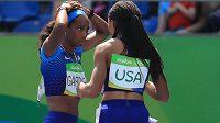 Členky americké sprinterské štafety English Gardnerová (vlevo) a Allyson Felixová si vysvětlují, kde se stala chyba.