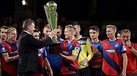Místopředseda FAČR Roman Berbr předává trofej pro vítěze Superpoháru plzeňskému kapitánovi Davidu Limberskému.