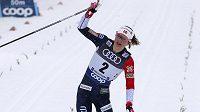 Norská běžkyně na lyžích Ingvild Flugstad Östbergová vyhrála v těsném finiši závod na 10 kilometrů klasicky s hromadným startem v Oberstdorfu.