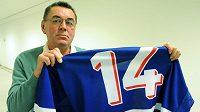 Legendární hokejista Václav Nedomanský ukazuje dres, v němž získal titul mistra světa v roce 1972.