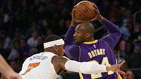 Basketbalista Los Angeles Lakers Kobe Bryant (vpravo) v zápase proti New Yorku Knicks.