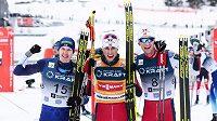 Vítěz Světového poháru v severské kombinaci Jarl Magnus Riiber (uprostřed) korunoval vydařenou sezonu triumfem v závěrečném závodu v Schonachu.