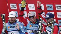Tři nejlepší v superobřím slalomu - (zleva) stříbrný Nor Kjetil Jansrud, nový mistr světa Eric Guay z Kanady a jeho bronzový krajan Manuel Osborne-Paradis.