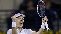 Český tenista Tomáš Berdych se raduje v Dubaji z vítězství nad Švýcarem Rogerem Federerem.