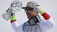 Švýcarský lyžař Beat Feuz s malým glóbem za celkový triumf ve sjezdu v rámci Světového poháru.