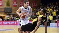 Basketbalista Jaromír Bohačík z Nymburka a Mike Green z Atén během utkání Ligy mistrů.
