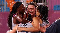 Americké reprezentantky slaví zlato v basketbale 3x3 poté, co ve finále porazily Rusky.
