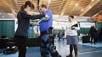 Robotický exoskelet pomáhá vozíčkářům postavit se znovu na nohy. (ilustrační foto)