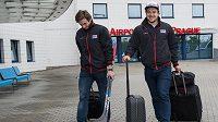 Hokejisté české reprezentace Tomáš Filippi (vlevo) a Jan Kovář během odletu na MS do Moskvy.