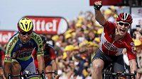 Němec André Greipel z týmu Lotto (vpravo) se raduje po vítězství ve druhé etapě Tour de France. Vlevo je druhý Němec Peter Sagan z Tinkoff-Saxo.