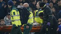 Chvilka hrůzy na Stamford Bridge. Ryan Mason z Hullu po srážce s Cahillem opustil hřiště na nosítkách a s kyslíkovou maskou.