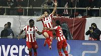 Záložník Olympiakosu Pireus Alejandro Dominguez (uprostřed) slaví se spoluhráčem Joelem Campbellem (vlevo) a Leandrem Salinem gól v síti Manchesteru United.