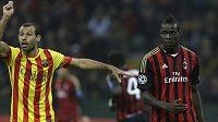 Javier Mascherano z Barcelony žaluje rozhodčímu na Maria Balotelliho (vpravo) v duelu Ligy mistrů s AC Milán.
