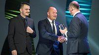 Manažer reprezentace malého fotbalu Luděk Zelenka (uprostřed) přebírá trofej pro nejlepší tým během slavnostního vyhlášení ankety Klubu sportovních novinářů Sportovec roku v hotelu Hilton v Praze.