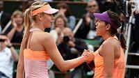 Garbiňe Muguruzaová (vpravo) a Maria Šarapovová po utkání na Roland Garros v roce 2014.