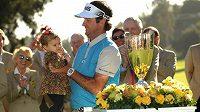 Bubba Watson s dcerou Dakotou po vítězství při Northern Trust Open v Riviera Country Clubu.