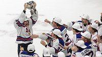 Americká radost. Hokejisté USA si po triumfu na MS dvacítek užívali s pohárem.