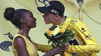 Lídr týmu Sky Chris Froome, který i po 18. etapě Tour udržel průběžné vedení, líbá hostesku.