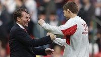 Trenér Liverpoolu Brendan Rodgers (vlevo) se raduje s kapitánem Reds Steven Gerrardem z výhry nad Tottenhamem.