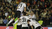 Fotbalisté Valencie se radují z vítězství nad Realem Madrid. Na stadiónu Mestalla ukončili sérii 22 vyhraných soutěžních zápasů Bílého baletu.
