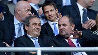 Předseda FAČR Miroslav Pelta (vpravo) a šéf evropského fotbalu Michel Platini sledují v Edenu finále ME hráčů do 21 let.