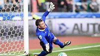 Brankář Baníku Jan Laštůvka se marně natahuje po míči z penalty v utkání se Spartou.