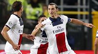 Zlatan Ibrahimovic a Thiago Motta (vlevo) slaví první ze čtyř gólů švédského útočníka na hřišti Anderlechtu Brusel.