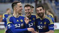 Zleva Davis Ikaunieks, Marin Popovič a Jani Urdinov z Jihlavy se radují z udržení v první lize.