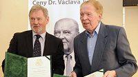 Rozhlasový komentátor Karel Malina (vpravo) při přebírání Ceny dr. Václava Jíry. Vlevo na snímku z dubna 2011 trenér Ivan Kopecký.