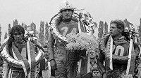 Smutný Ivan Mauger (vlevo) poté, co v 26. ročníku Zlaté přilby v roce 1974 skončil druhý za vítězným domácím jezdcem Jiřím Štanclem. Vpravo bronzový Georgij Ivanov z tehdejšího Sovětského svazu.